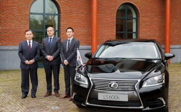 20140410-Japanse_ambassadeur_neemt_Lexus_LS_in_ontvangst.jpg