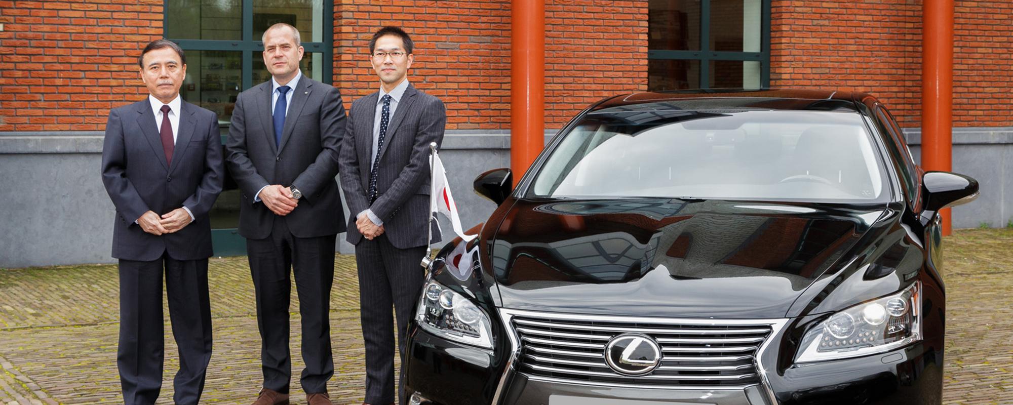 Japanse ambassadeur neemt Lexus LS in ontvangst