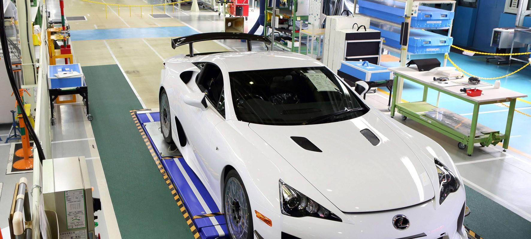 Laatste Lexus LFA rijdt fabriek uit