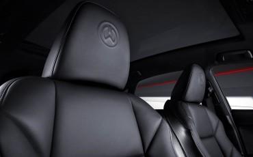 20140925-09-will_i_am-neemt-Lexus-NX-300h-F-Sport-Line-onder-handen