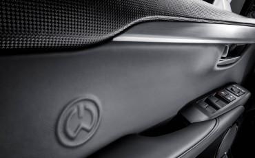 20140925-10-will_i_am-neemt-Lexus-NX-300h-F-Sport-Line-onder-handen