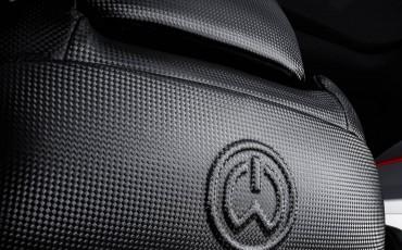 20140925-13-will_i_am-neemt-Lexus-NX-300h-F-Sport-Line-onder-handen