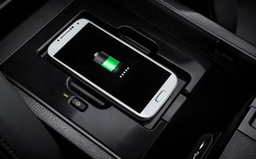 20140925-14-will_i_am-neemt-Lexus-NX-300h-F-Sport-Line-onder-handen