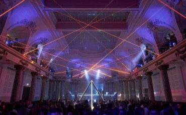 20142501-11-will-i-am-presenteert-sensationele-versie-eigen-Lexus-NX-op-party-tijdens-Paris-Fashion-Week
