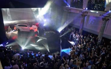 20142501-13-will-i-am-presenteert-sensationele-versie-eigen-Lexus-NX-op-party-tijdens-Paris-Fashion-Week