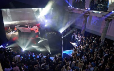 20142501-13-will-i-am-presenteert-sensationele-versie-eigen-Lexus-NX-op-party-tijdens-Paris-Fashion-Week[1]