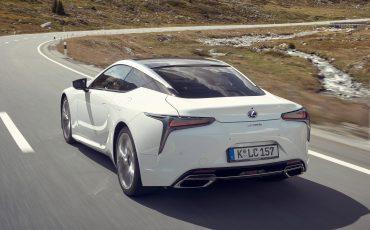 Lexus_LC500h_dynamic_007