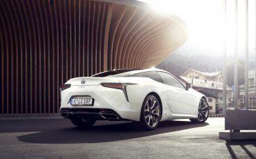 Lexus_LC500h_static_004