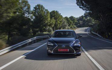 01-Lexus-ES-300h-Deep-Blue-dynamic