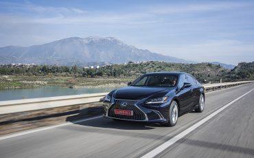 02-Lexus-ES-300h-Deep-Blue-dynamic