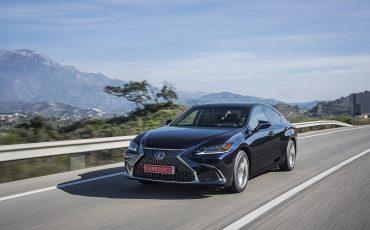 03-Lexus-ES-300h-Deep-Blue-dynamic