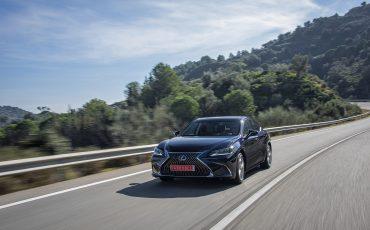 04-Lexus-ES-300h-Deep-Blue-dynamic
