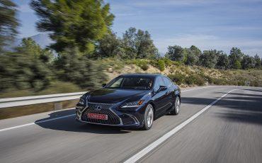 05-Lexus-ES-300h-Deep-Blue-dynamic