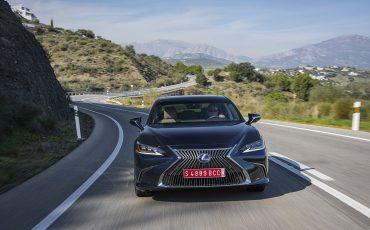 06-Lexus-ES-300h-Deep-Blue-dynamic