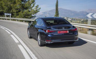 07-Lexus-ES-300h-Deep-Blue-dynamic
