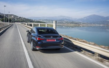 08-Lexus-ES-300h-Deep-Blue-dynamic