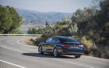 09-Lexus-ES-300h-Deep-Blue-dynamic