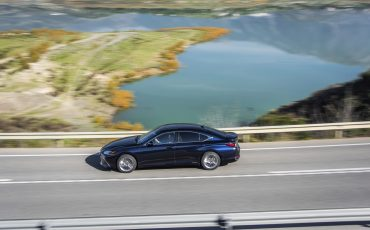 11-Lexus-ES-300h-Deep-Blue-dynamic
