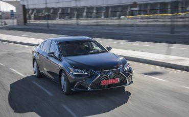 12-Lexus-ES-300h-Deep-Blue-dynamic