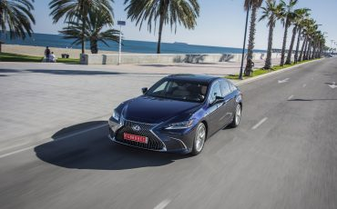 15-Lexus-ES-300h-Deep-Blue-dynamic