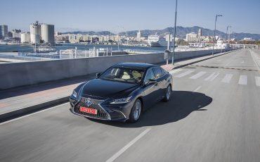 16-Lexus-ES-300h-Deep-Blue-dynamic