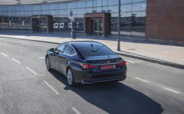 17-Lexus-ES-300h-Deep-Blue-dynamic
