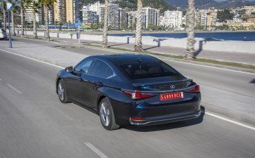 18-Lexus-ES-300h-Deep-Blue-dynamic