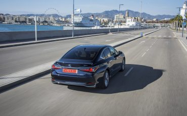 19-Lexus-ES-300h-Deep-Blue-dynamic