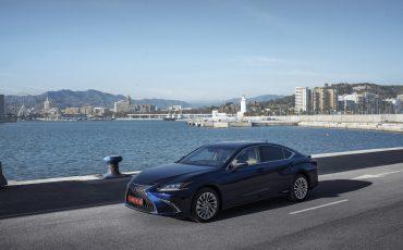 25-Lexus-ES-300h-Deep-Blue-static