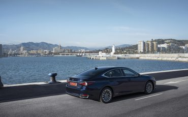 26-Lexus-ES-300h-Deep-Blue-static