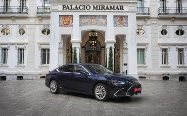 28-Lexus-ES-300h-Deep-Blue-static