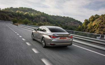 42-Lexus-ES-300h-Sonic-Titanium-dynamic