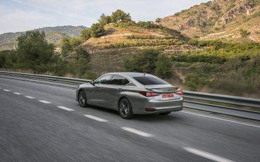 43-Lexus-ES-300h-Sonic-Titanium-dynamic