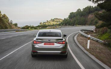 44-Lexus-ES-300h-Sonic-Titanium-dynamic