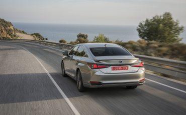 45-Lexus-ES-300h-Sonic-Titanium-dynamic