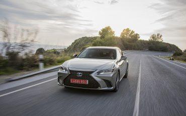 46-Lexus-ES-300h-Sonic-Titanium-dynamic