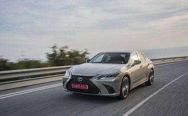 47-Lexus-ES-300h-Sonic-Titanium-dynamic