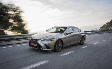 48-Lexus-ES-300h-Sonic-Titanium-dynamic