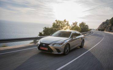 49-Lexus-ES-300h-Sonic-Titanium-dynamic