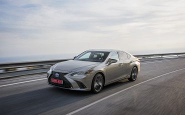 50-Lexus-ES-300h-Sonic-Titanium-dynamic