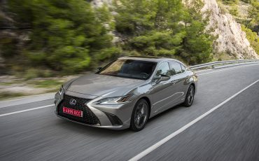 52-Lexus-ES-300h-Sonic-Titanium-dynamic