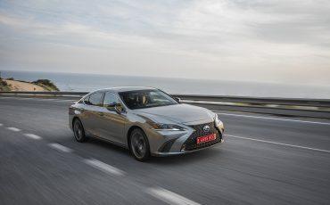 53-Lexus-ES-300h-Sonic-Titanium-dynamic
