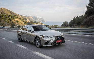 54-Lexus-ES-300h-Sonic-Titanium-dynamic