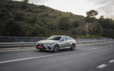 56-Lexus-ES-300h-Sonic-Titanium-dynamic