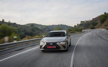 57-Lexus-ES-300h-Sonic-Titanium-dynamic