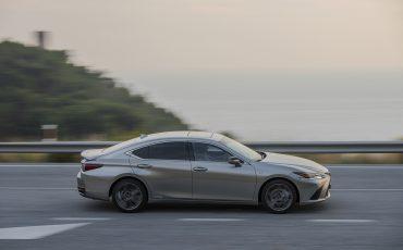 58-Lexus-ES-300h-Sonic-Titanium-dynamic