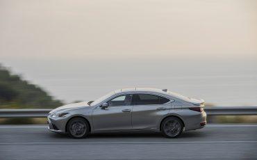59-Lexus-ES-300h-Sonic-Titanium-dynamic