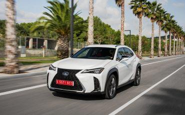 02-Lexus-UX-250h-White-Dynamic