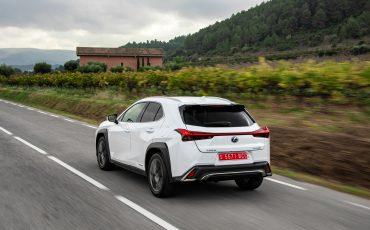 05-Lexus-UX-250h-White-Dynamic